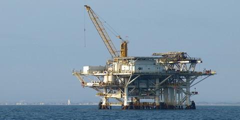 Нефтяная платформа в море