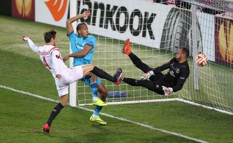 Лига Европы Соломон Рондонзабивает гол в ворота Севильи