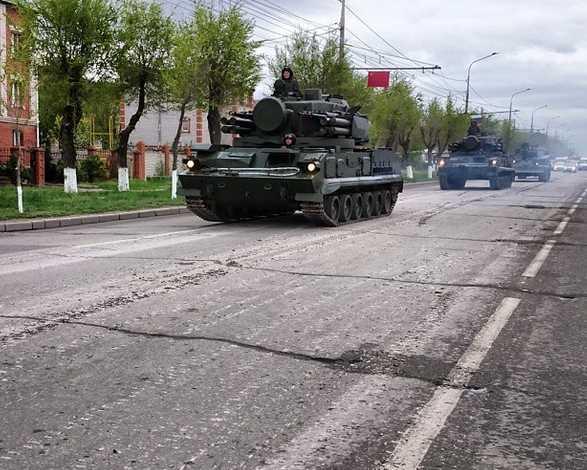 Военная техника на проспекте Жукова в Волгограде