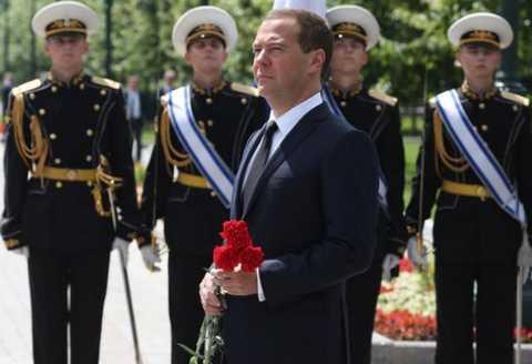 Дмитрий Медведев возложил цветы к Могиле Неизвестного Солдата