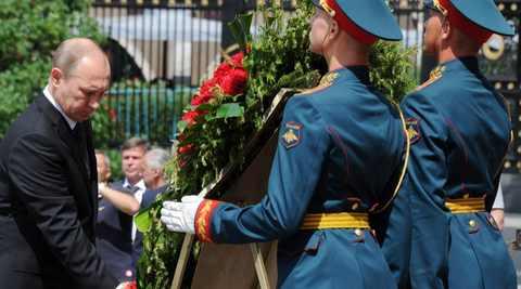 Владимир Путин 22 июня возложил венок к Могиле Неизвестного Солдата у Кремлевской стены