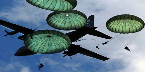 Десантники прыгнули с парашютом