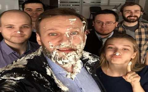 Алексея Навального закидали тортами