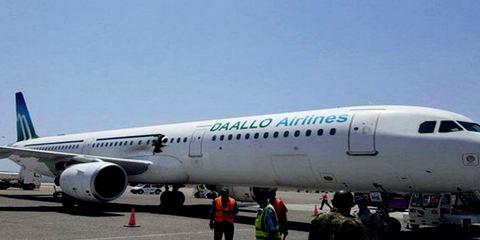 Дыра в фюзеляже самолета Airbus A321 авиакомпании Daallo Airlines