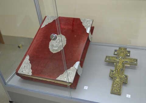 Евангелие и крест 18-го века были похищены неизвестными на выставке в Волгограде