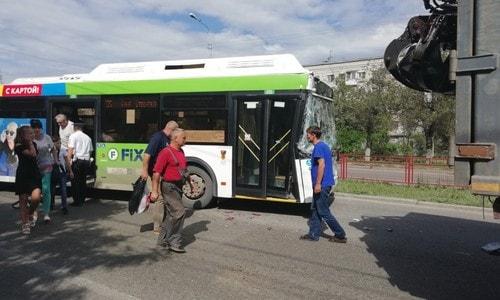 Авария автобуса маршрута 55 и металловоза