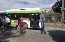 Автобус 55 маршрута врезался в металловоз в Кировском районе Волгограда