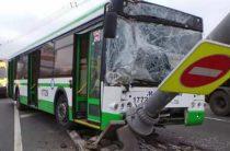 В Москве автобус столкнулся с тремя машинами и врезался в столб