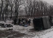 В Ростовской области ветром сдкло автобус