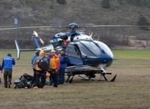 Спасатели у вертолета